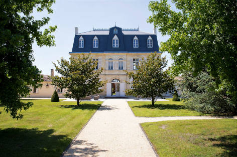 Rent a castle in France near the Bordeaux vineyards