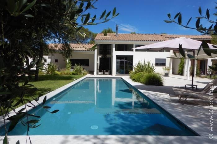 Aux portes de nimes location villa de luxe en provence for Piscine nemausa nimes tarifs
