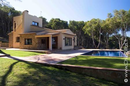 Holiday rental villa with a view of the Costa Brava coves