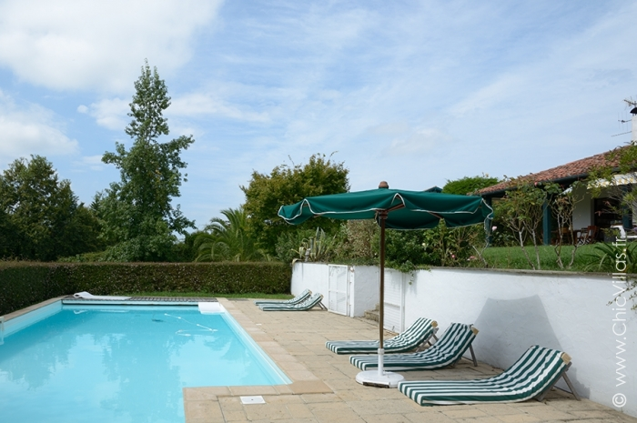 Location villa vacances de charme avec vue sur la rhune for Camping pays basque bord de mer avec piscine
