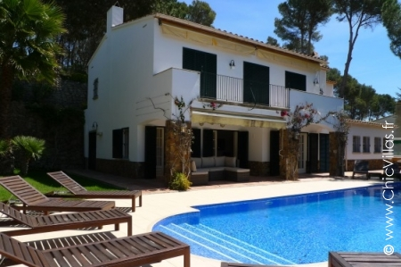 Holiday rental villa with swimming pool and games room